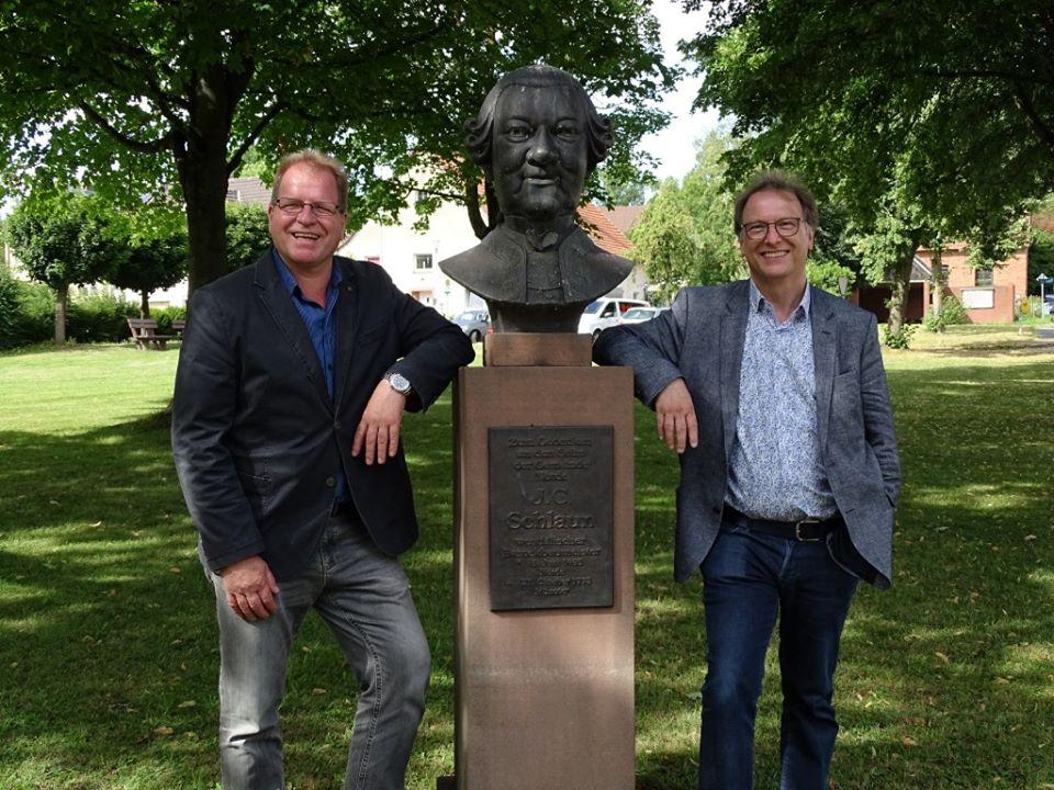 Guido Gell und Helmut Lensdorf an der Büste von Johann Conrad Schlaun